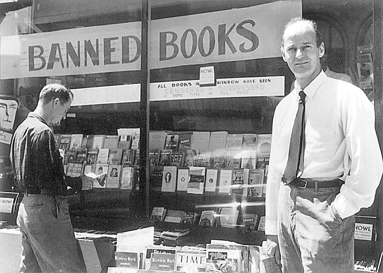 Ferlinghetti mostrando en el escaparate de la librería City Lights los libros prohibidos por obscenos.