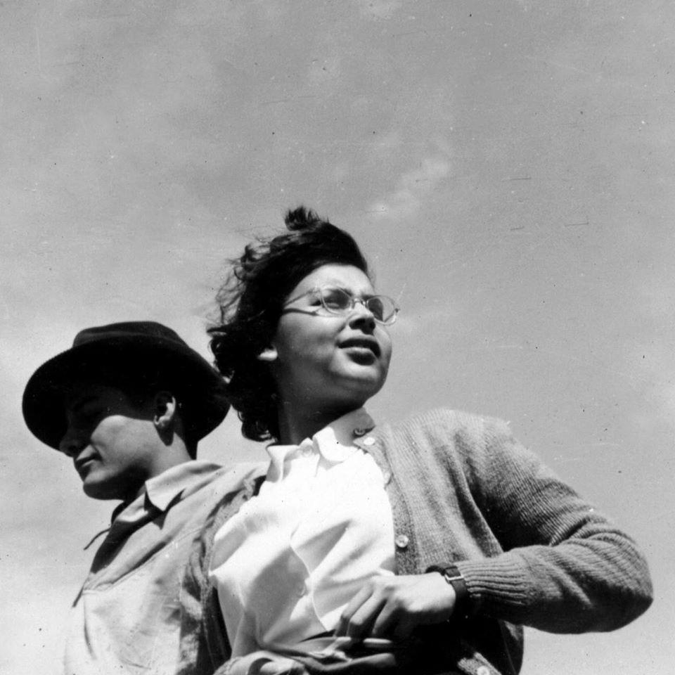 BLANCA VARELA en la playa de Puerto Supe c.1950 foto fernando de szyszlo archivo blanca varela