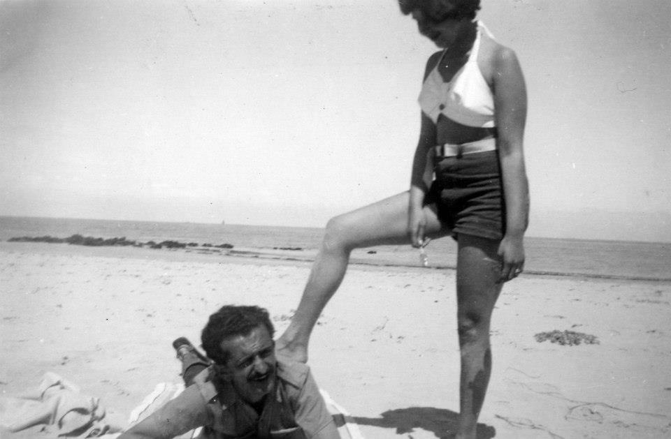 BLANCA VARELA y FERNANDO DE SZYSZLO en la playa de Puerto Supe.