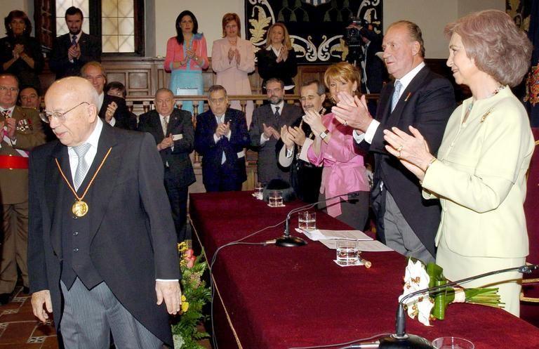 Gonzalo Rojas, recibiendo el Premio Cervantes 2004 del manos del rey Juan Carlos y la reina Sofia, en Alcala de Henares. Crédito de la foto AP Photo/Manuel H. de Leon, Pool)