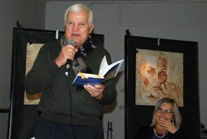 El poeta Bruno Bartoletti leyendo.