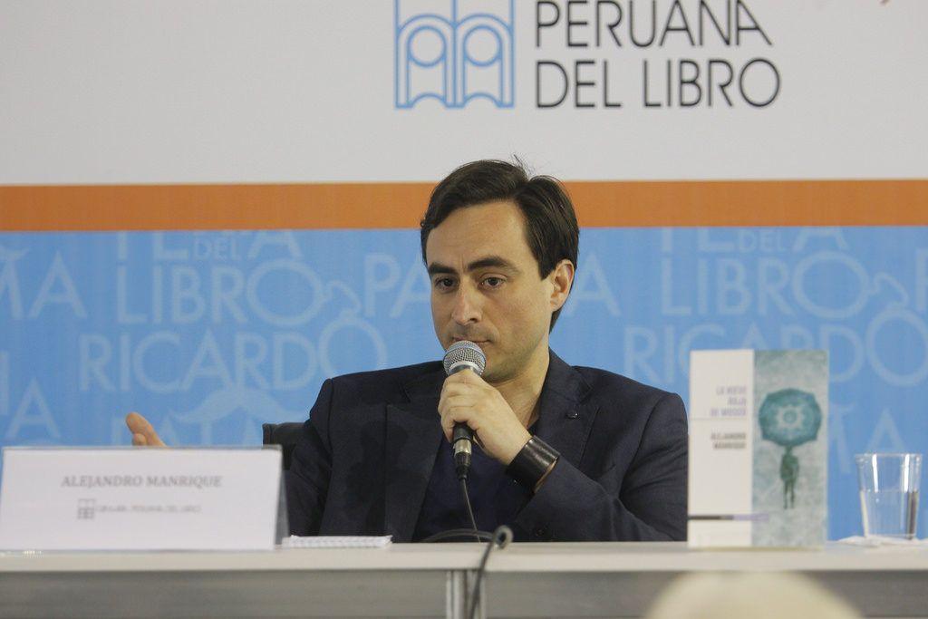 El escritor y diplomático Alejandro Manrique en la presentación del libro en la Feria del Libro Ricardo Palma 2016
