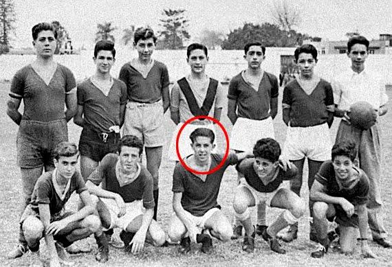 Ribeyro en sus años de adolescente jugando fútbol.