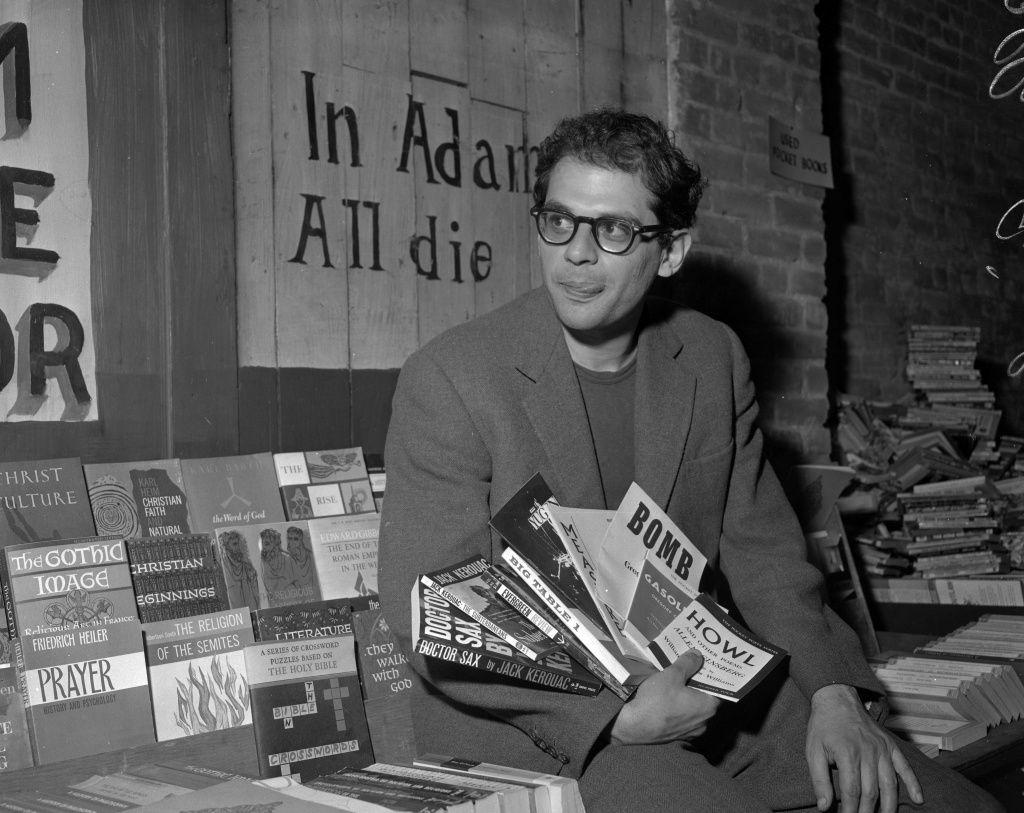 Allen Ginsberg en el pico de su fama y juventud, sostiene ejemplares de los libros de la Generación beat en la librería City Lights, circa 1959.