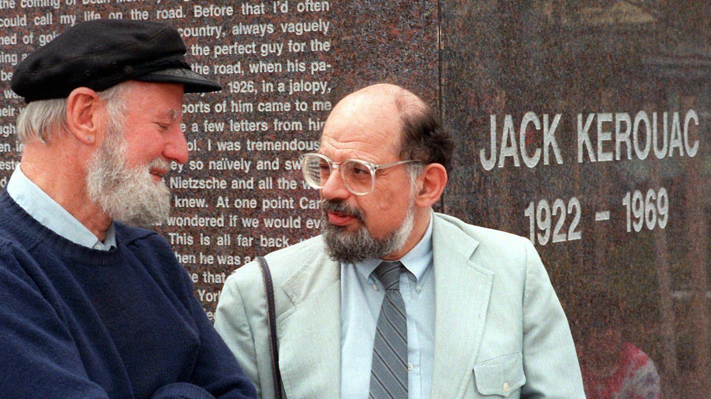 Poetas Lawrence Ferlinghetti (izq.) y Allen Ginsberg conversando en una performance artística dedicada a Jack Kerouac, en Massachusetts, 1988.