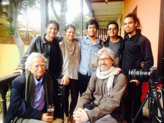 Hinostroza junto al equipo de producción (2016). Foto: Erick Diaz.