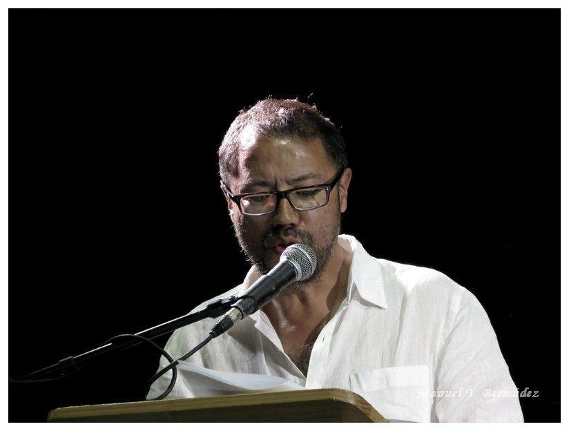 Edwin Madrid leyendo en Cali - Colombia. Crédito de la foto Manuel Bermúdez.