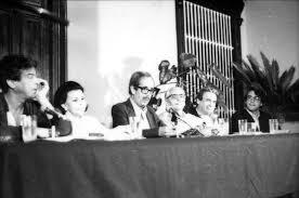 Jorge Eduardo Eielson leyendo en la III Bienal de Poesía, Trujillo-Perú, 1987. En la mesa: (de izq. a der.) Antonio Cisneros, Blanca Varela, J. E. E.