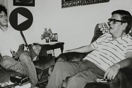 Los poetas (izq.) Antonio Cisneros y (der.) Washington Delgado, departiendo. C. 1965