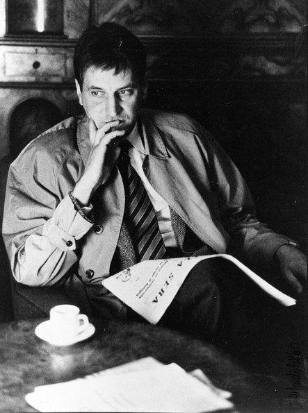 Claudio Magris leyendo y escribiendo en un Café.