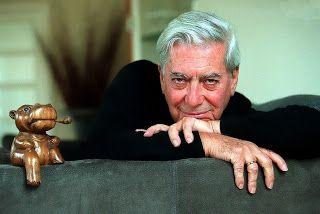 Mario Vargas Llosa y el hipopótamo que lo resguarda.