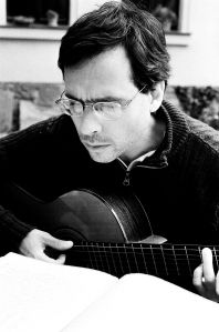 Marcelo Sandmann en su faceta como músico.
