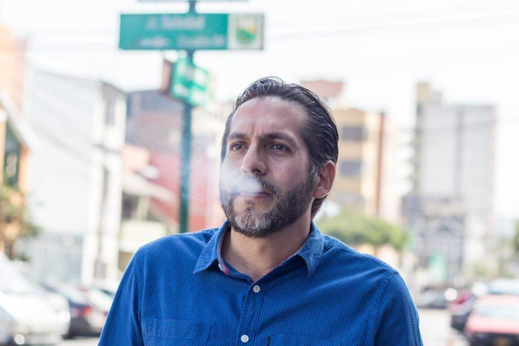 El narrador Leonardo Aguirre en el Jr. Soledad. (Crédito de esta foto: Kattya Lázaro)