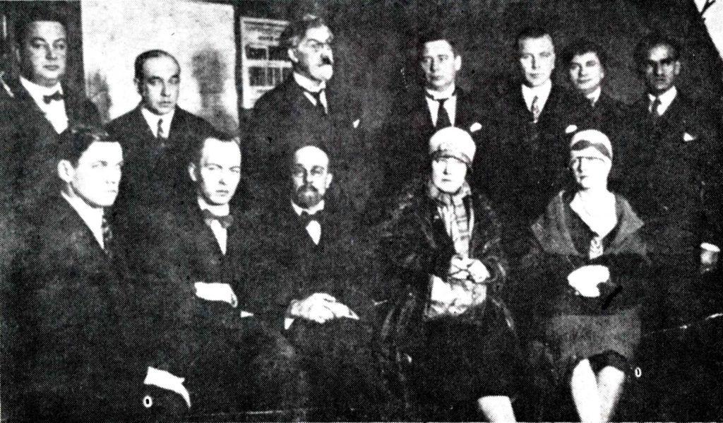 César Vallejo (1ero de der. a izq. y de pie) en una reunión de escritores soviéticos (1928, 1929 o 1931). Archivo de los autores.