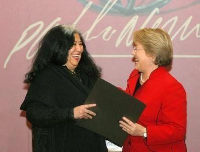 La poeta Carmen Berenguer recibiendo el Premio Iberoamericano de Poesía Pablo Neruda (2008) de manos de la presidenta Michelle Bachelet